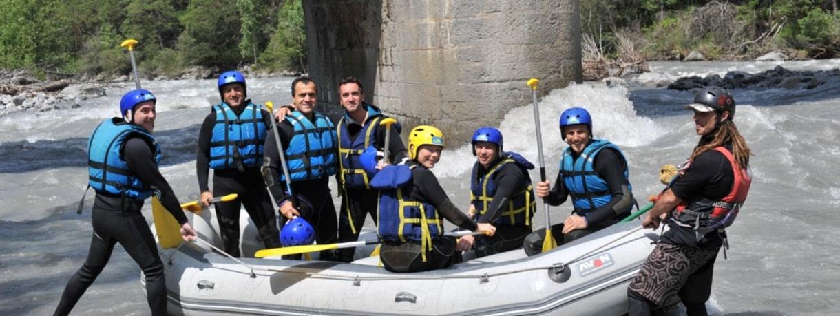 Départ en rafting d'un groupe d'amis sur l'ubaye près de barcelonnette