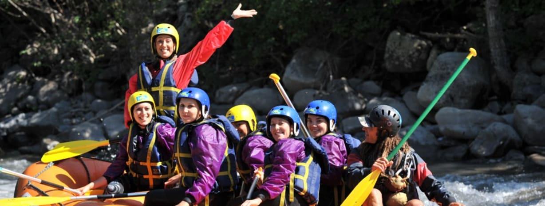 photos d'un groupe d'amis filles lors descente en rafting sur l'ubaye près de barcelonnette