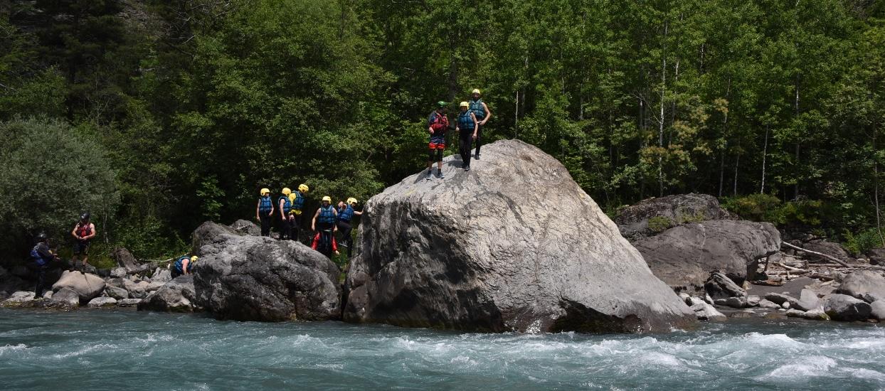 saut de rocher lors d'une descente en rafting de l'Ubaye