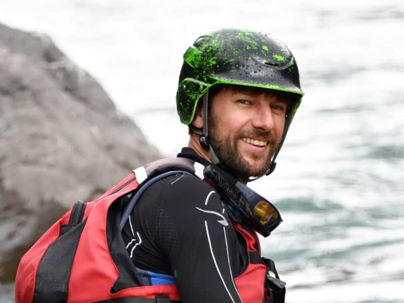 Tom guide de rafting sur la rivière de l'Ubaye