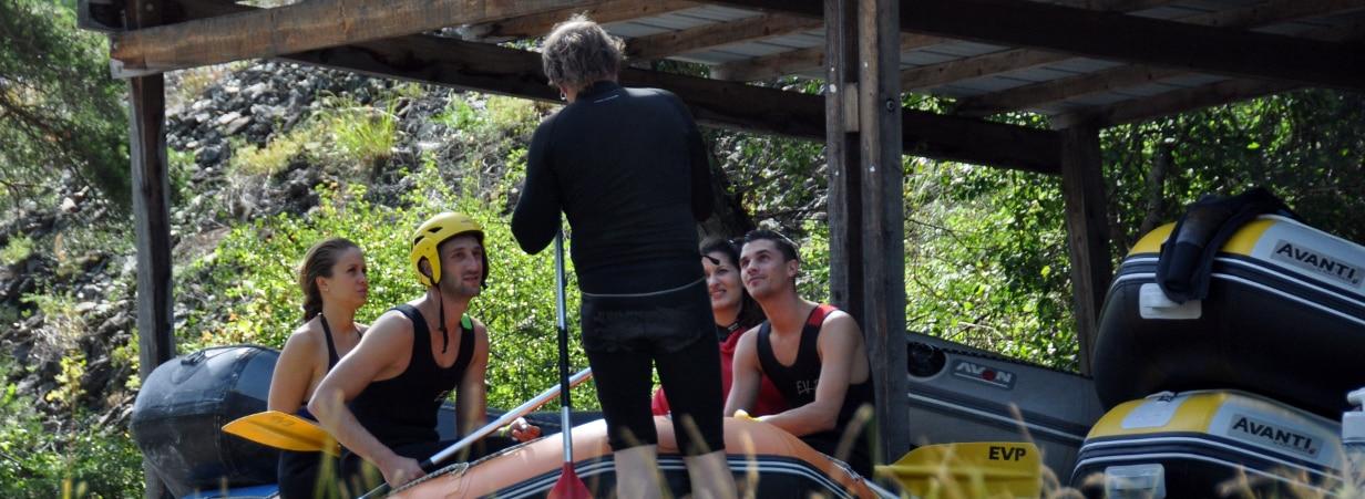 Guide donnant ses consignes de sécurité avant une descente en rafting sur l'Ubaye