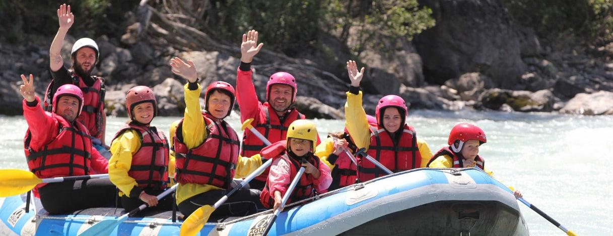 photo d'une famille en rafting sur l'ubaye près de barcelonnette