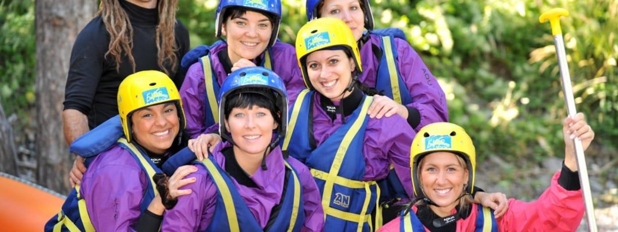 photo d'un groupe d'amis faisant du rafting ou du raft sur l'ubaye