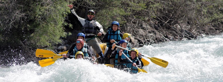 Guide avec son équipage en rafting sur l'Ubaye