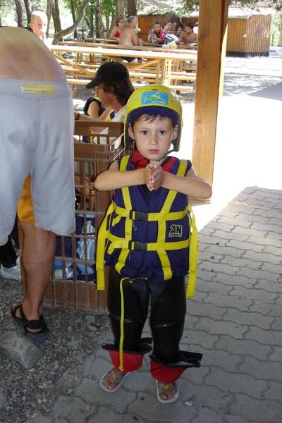 photo d'un enfant équipé pour une descente en rafting en ubaye