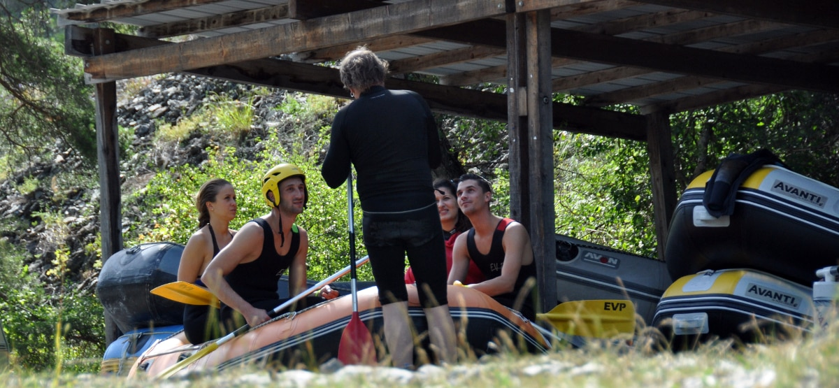 Guide donnant son briefing avant une descente de rafting en Ubaye