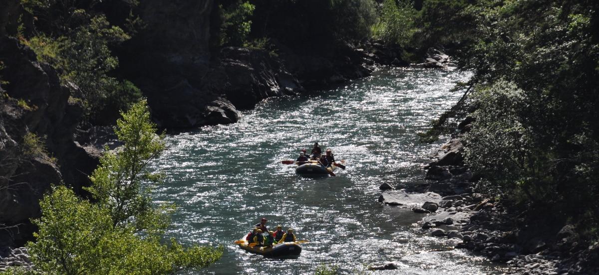Rafting sur l'ubaye entouré par la campagne